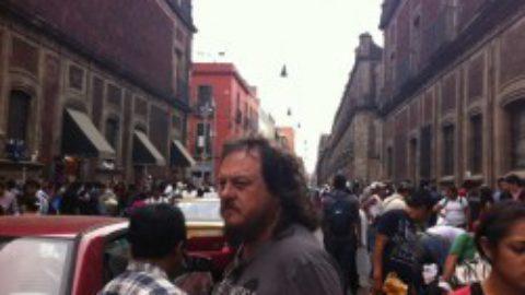 Zucchero passeggia per le strade di Messico City durante le prime giornate del tour Sudamericano